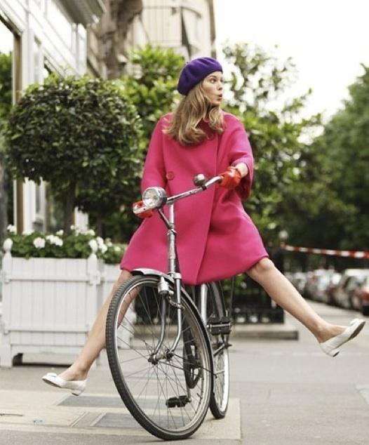 Archiwa Bomboniera: Dziewczyna W Różowym Płaszczyku Na Rowerze
