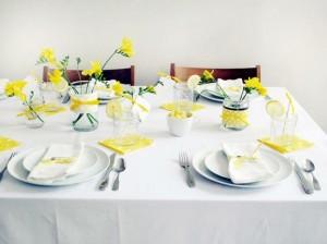 stół z żółtą forsycją