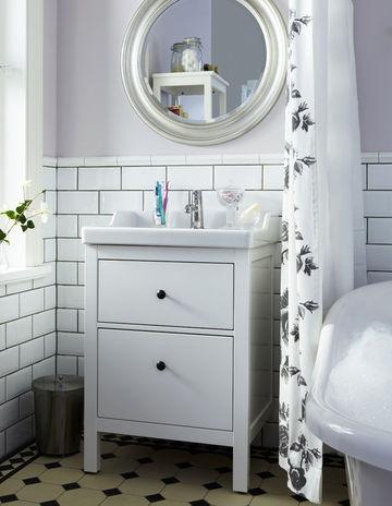 Azienka w czystej bieli blog designbywomen - Meuble salle de bain retro chic ...