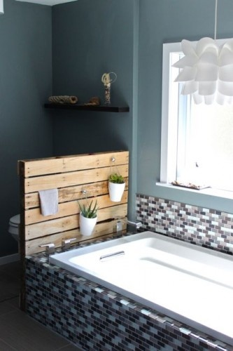 Drewniana paleta w roli p ki w azience blog designbywomen for Salle de bain avec wc separe